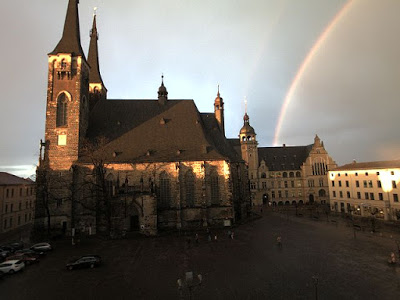 Regenbogen über dem Rathaus der Stadt