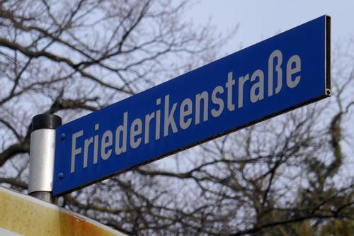 Friederike und ihre Friederikenstraße in Köthen - Straßenschild